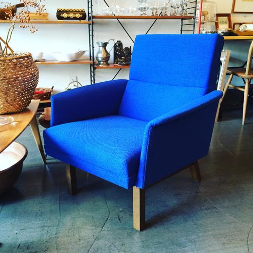 北欧、ミッドセンチュリースタイルのヴィンテージソファ、ラウンジコーディネートeasychair.vintage.blue
