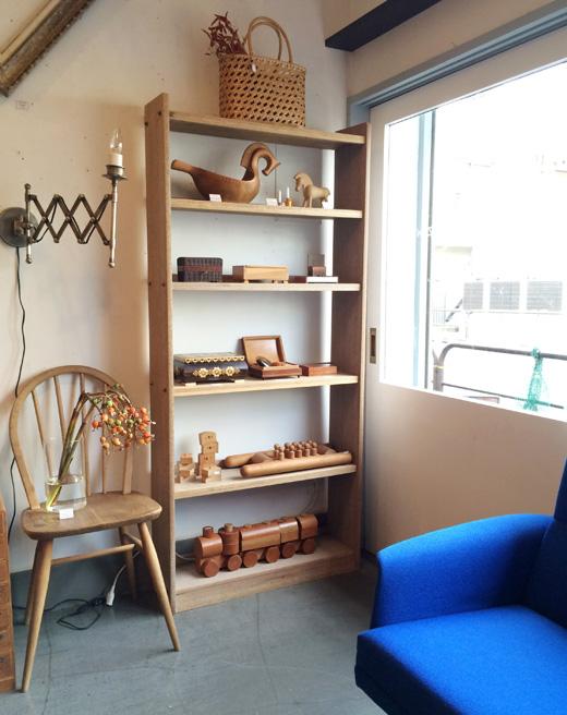 シンプルシックな木製本棚。