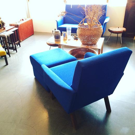 北欧、ミッドセンチュリースタイルのヴィンテージソファ、ラウンジコーディネートvintage.easychair.ottoman.blue