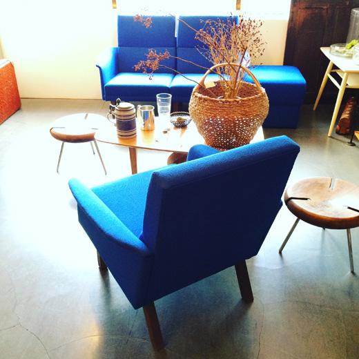 北欧、ミッドセンチュリースタイルのヴィンテージソファ、ラウンジコーディネートvintagesofa.midcentury.scandinavianstyle.blue