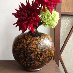 花あしらい、フラワーコーディネート、花器、ダリア、夏、建具、格子戸、洋館、クラシカルモダン