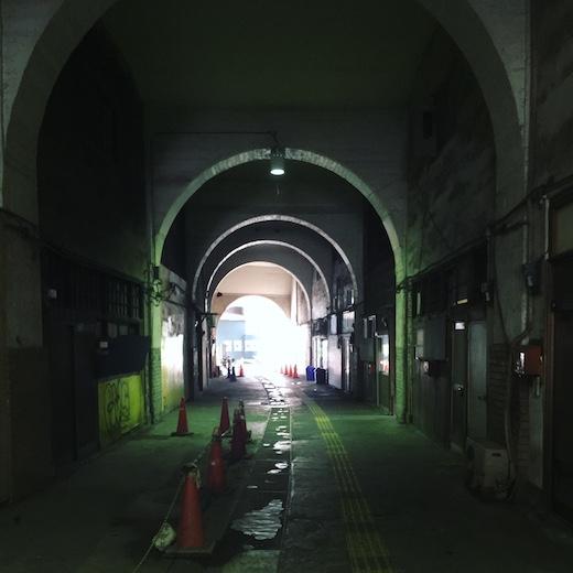 国道駅、阿部美樹志、コンクリート建築、モダン建築、アーチ構造