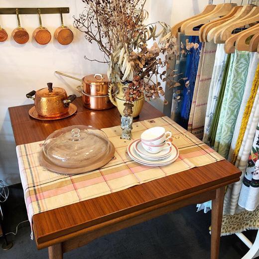 ダイニングキッチン、ヴィンテージ家具、店内ディスプレイ、北欧モダン、インテリアコーディネート