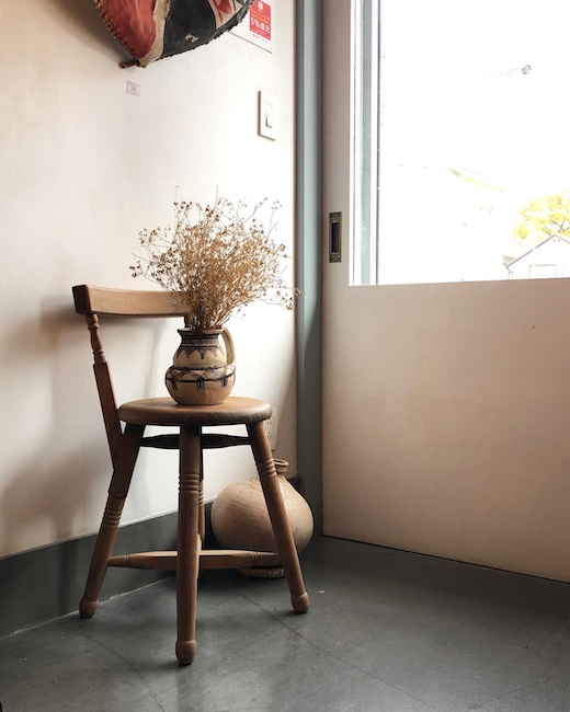 ヴィンテージインテリア、木の椅子、クラフトチェア、土器、フォークアート