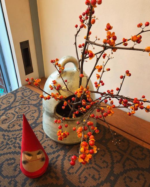 手あぶり、季節のしつらえ、お正月、火鉢、だるま手あぶり、ツルウメモドキ、花あしらい