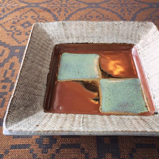 島岡達三作「象嵌角皿」。