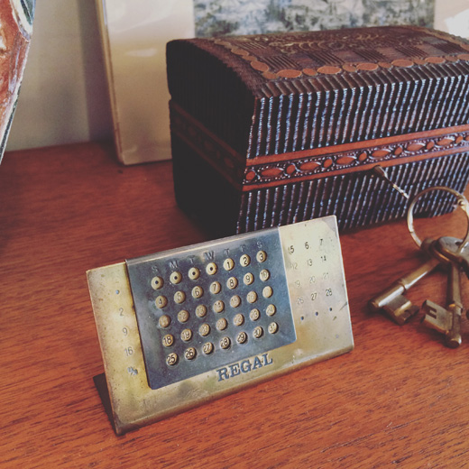 リーガルのノベルティー、真鍮製モダンな万年カレンダーregal.noveltycalendar