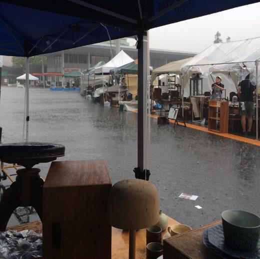 東京蚤の市、真夏の東京蚤の市、大井競馬場、手紙社、ゲリラ雷雨
