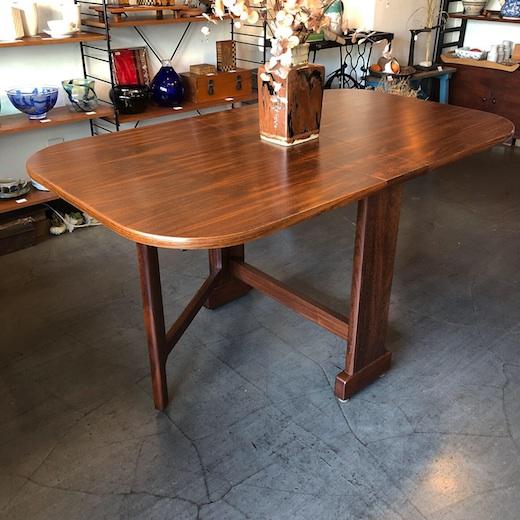 ドロップリーフテーブル。