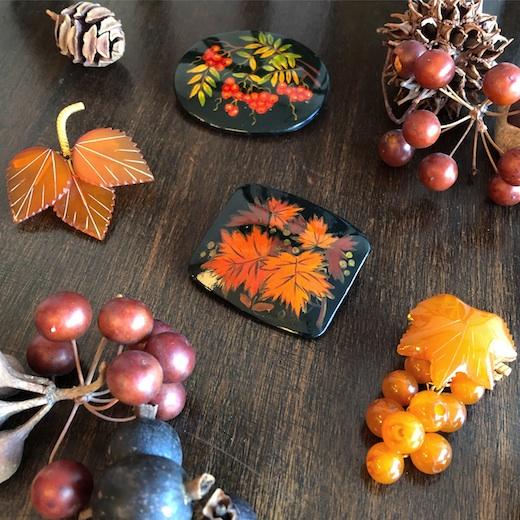ヴィンテージブローチ、ロシア雑貨、工芸品、琥珀、漆塗り、秋ファッション